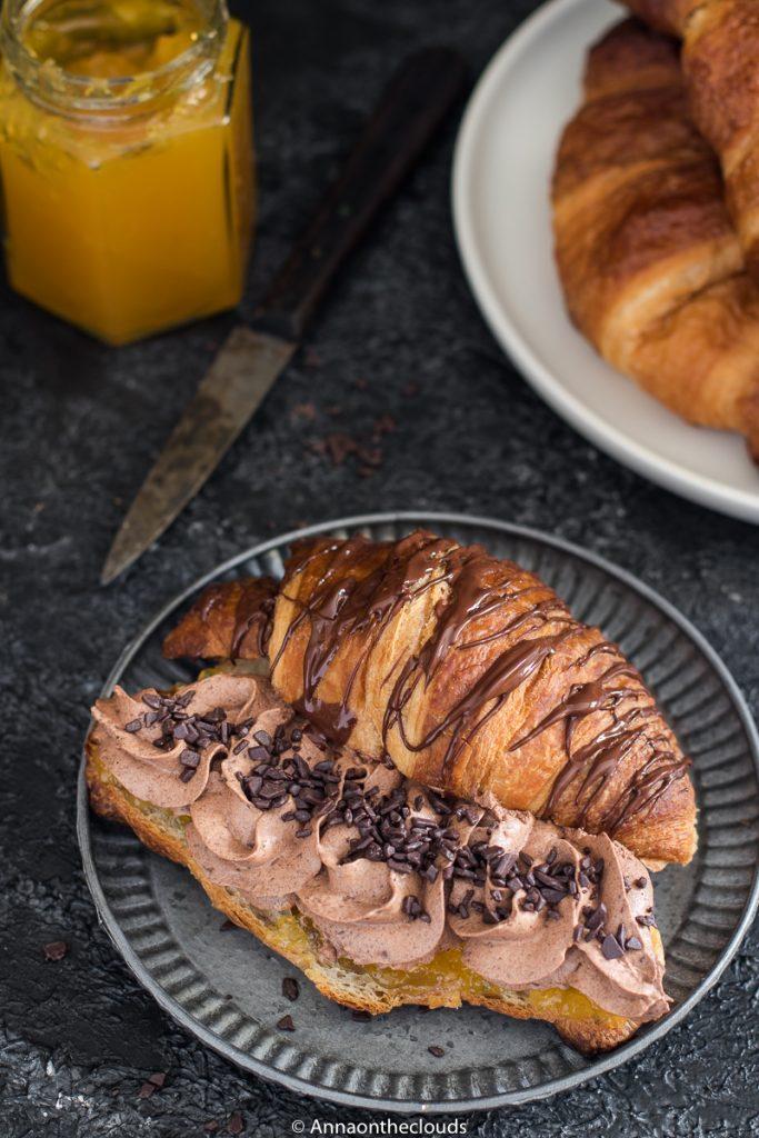 Croissant con confettura e namelaka al cioccolato
