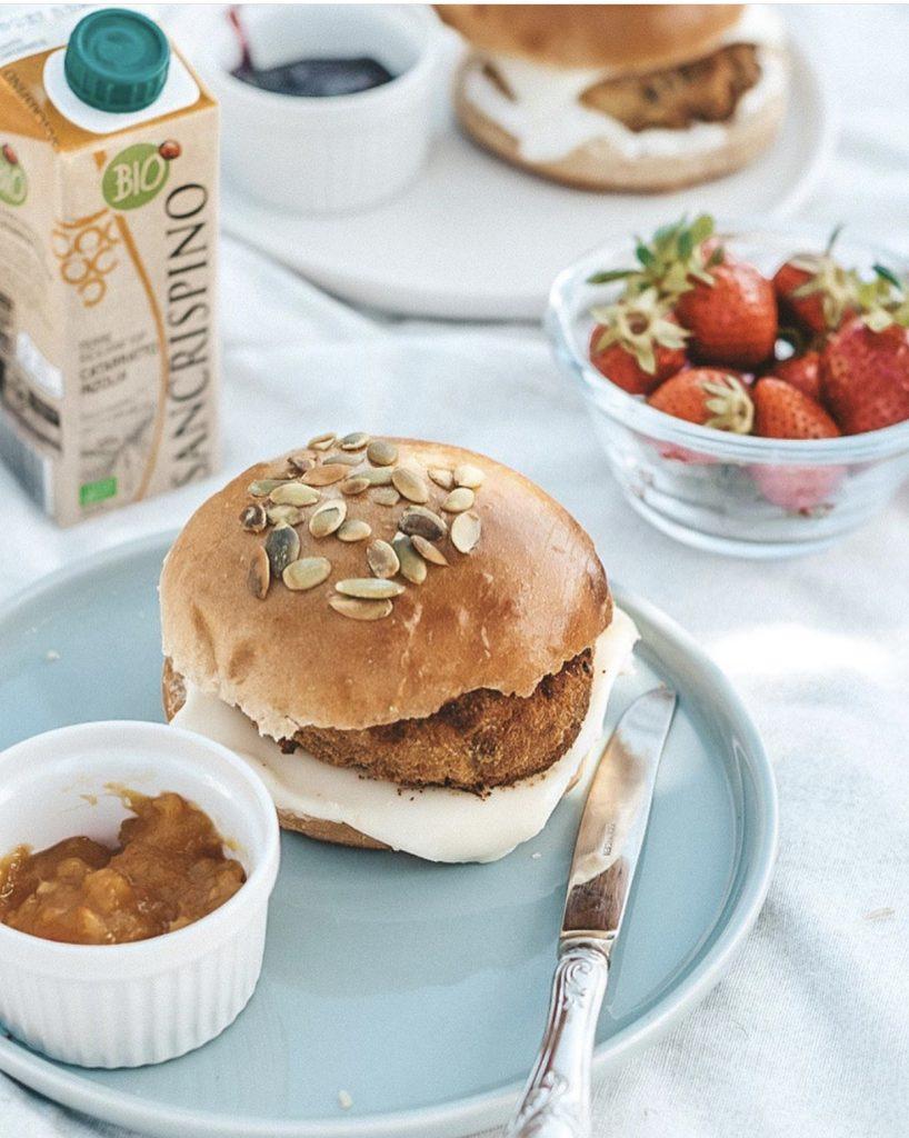 Burger buns: panini brioche con burger di verdure